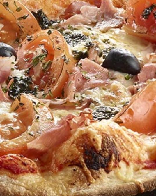 Pizza Provençale : Sauce tomate, fromage, olives, jambon blanc, champignons, tomates fraîches, persillade. Le reine façon Proven
